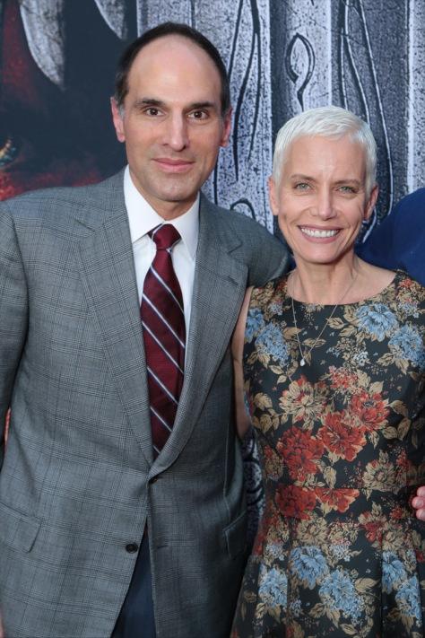"""Jon Jashni, Jolie Jashni Premier WARCRAFT: """"El primer encuentro de dos mundos"""" en el Chinese Theatre, Los Angeles"""